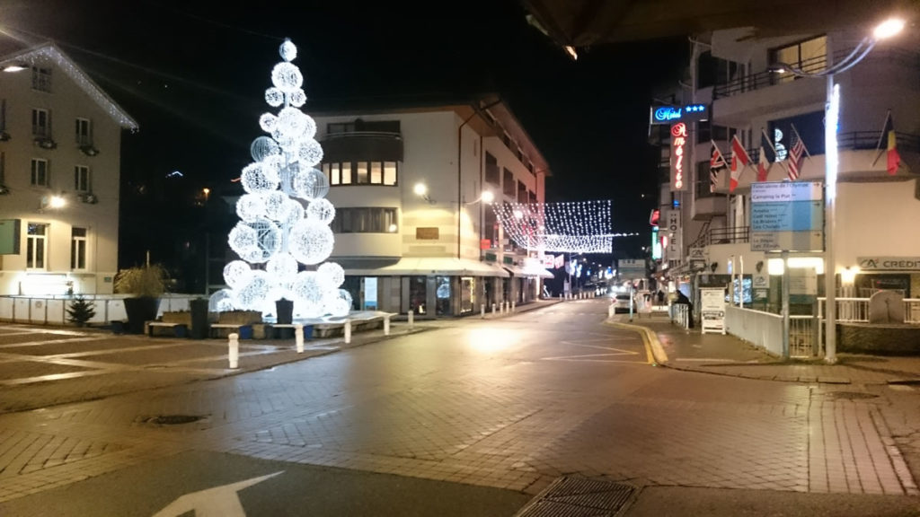 The centre of Brides-les-Bains at night